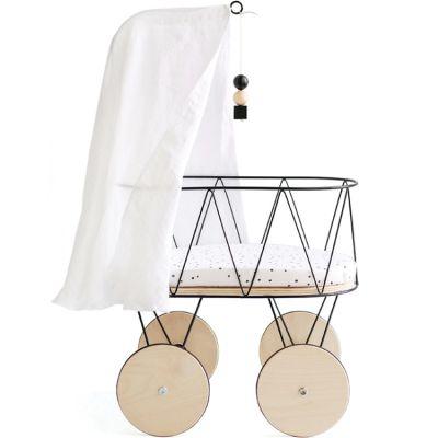 Berceau de poupée en métal et bois avec parure, flèche et ciel de lit  par ooh noo