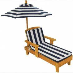 Chaise longue rayée avec parasol