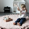 Tapis de jeu à volants rose poudré  par Cotton&Sweets