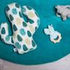 Anneau de dentition en bois Ecailles turquoise et blanc  par BB & Co