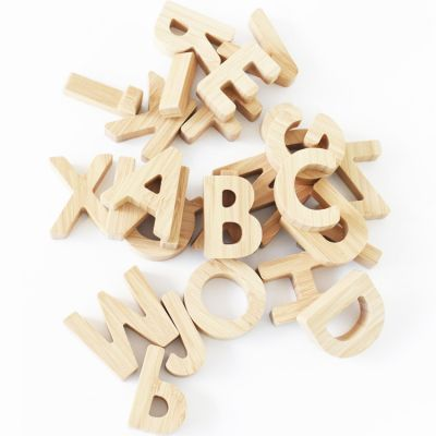 Alphabet en bambou  par Wee Gallery