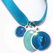 Bracelet ruban bleu et médailles assorties (aluminium et résine)  par Martineau